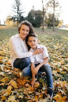Madre e hijo pasan tiempo al aire libre en el parque