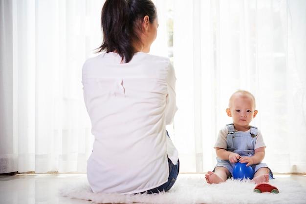 Madre e hijo pasan tiempo en casa