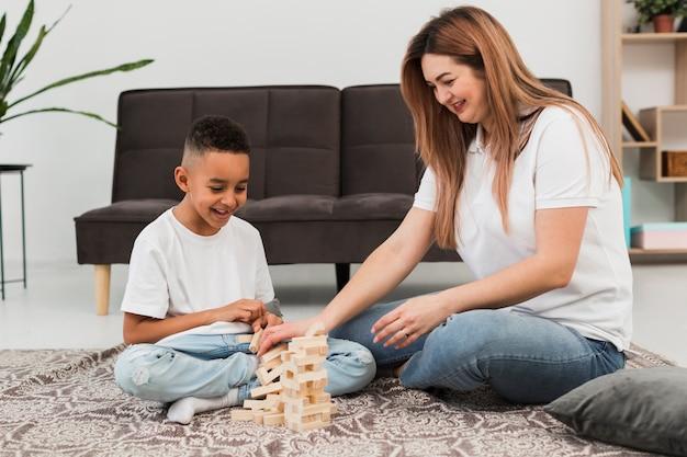 Madre e hijo pasan tiempo juntos en casa