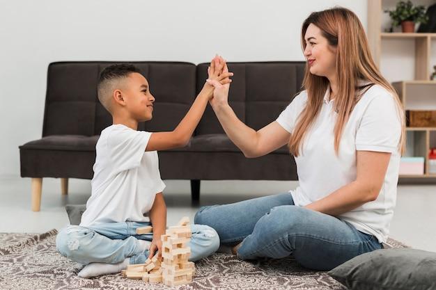 Madre e hijo pasan tiempo juntos en el interior
