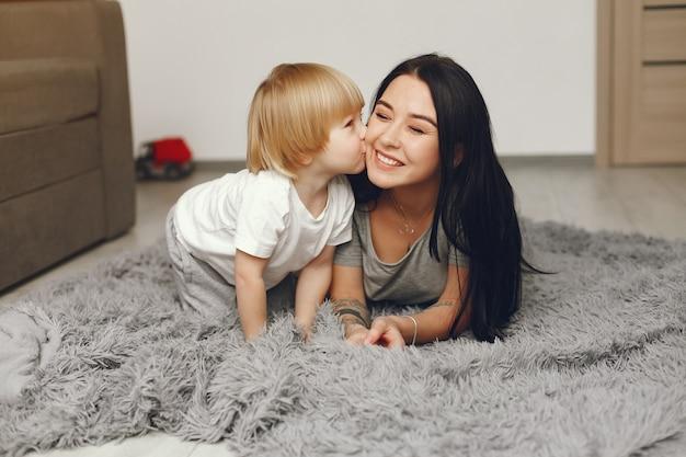Madre e hijo pequeño divertido en casa