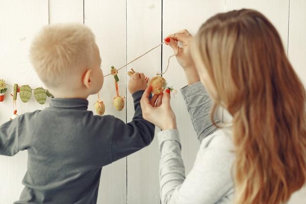 Madre e hijo pequeño jugando en casa