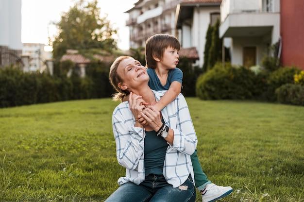 Madre e hijo de tiro medio al aire libre