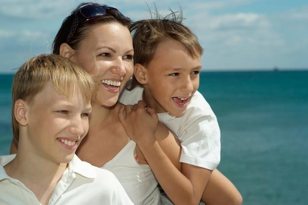 Madre e hijos en el fondo del mar.