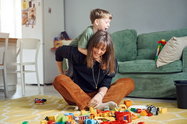 Madre e hijos jugando con juguetes