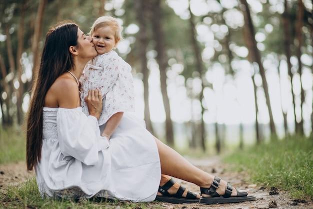 Madre, con, ella, bebé, en el estacionamiento