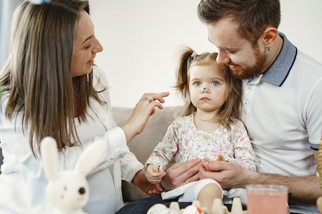 Madre embarazada con hija con marido. pasar tiempo juntos. padre dibuja con hija.