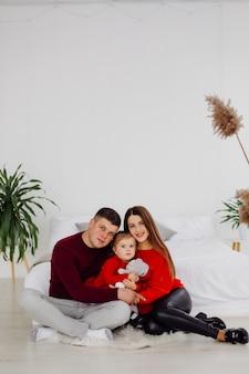 Madre embarazada con su hija adolescente y su esposo