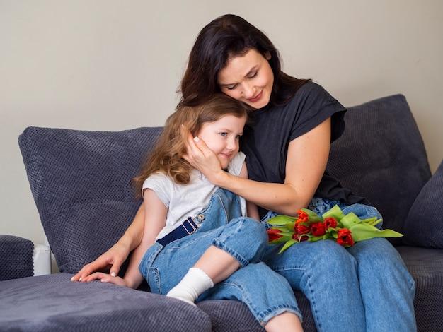 Madre enamorada de su pequeña hija