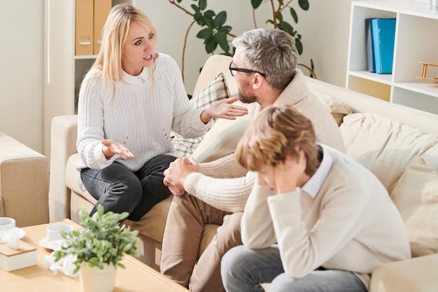 Madre enojada gritando al padre durante la sesión de terapia familiar