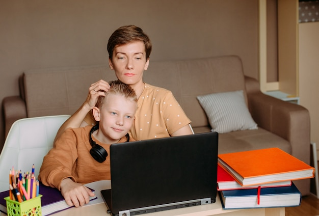 Madre enseña a hijo hijo a casa educación en línea