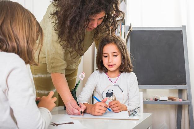 La madre enseñó a las hijas a dibujar