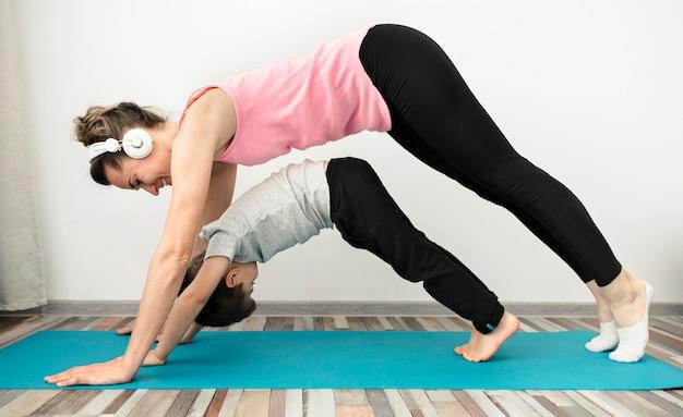 Madre entrenando junto con su hijo en casa