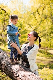 Madre feliz con hijo en la naturaleza