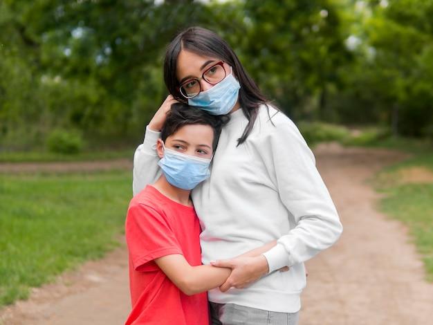 Madre con gafas de lectura e hijo