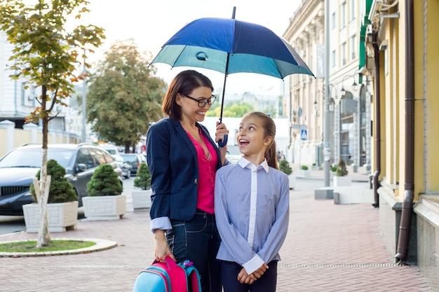 Madre habla con su hija camino a la escuela