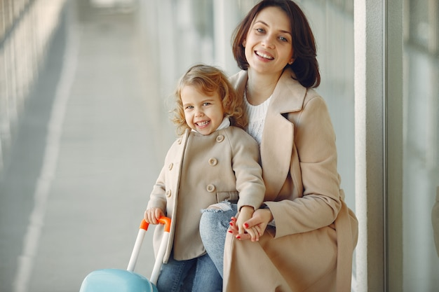 Madre con hija en el aeropuerto
