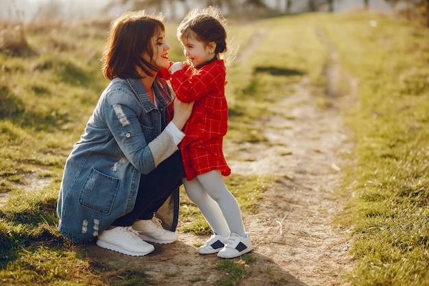 Madre con hija en un bosque