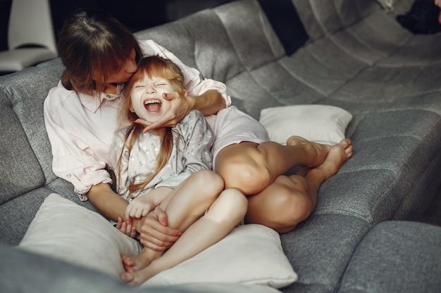 Madre con hija en casa