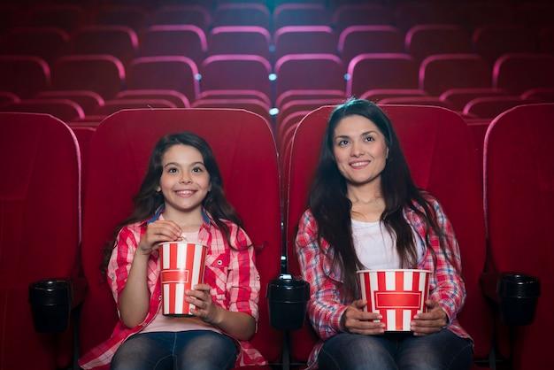 Madre con hija en el cine
