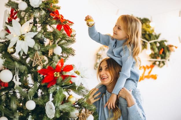 Madre, con, hija, decorar, árbol de navidad