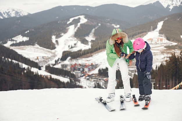Madre con hija esquiando. gente en las montañas nevadas.