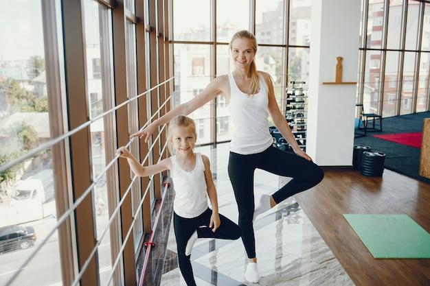 Madre con hija en un gimnasio