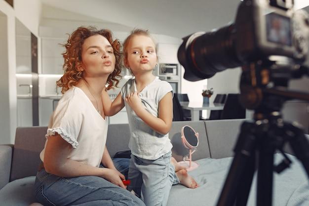 Madre con hija graba un blog de belleza