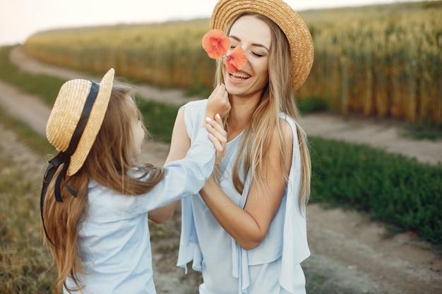 Madre con hija jugando en un campo de verano