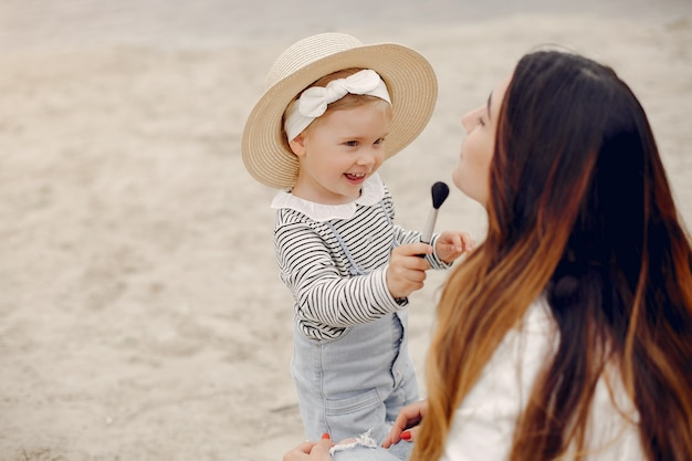 Madre con hija jugando en un parque de verano
