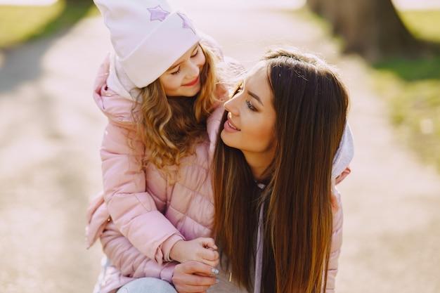 Madre con hija jugando en un parque