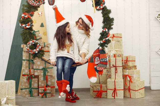 Madre con hija linda en una decoración navideña