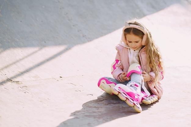 Madre con hija en un parque con rodillos