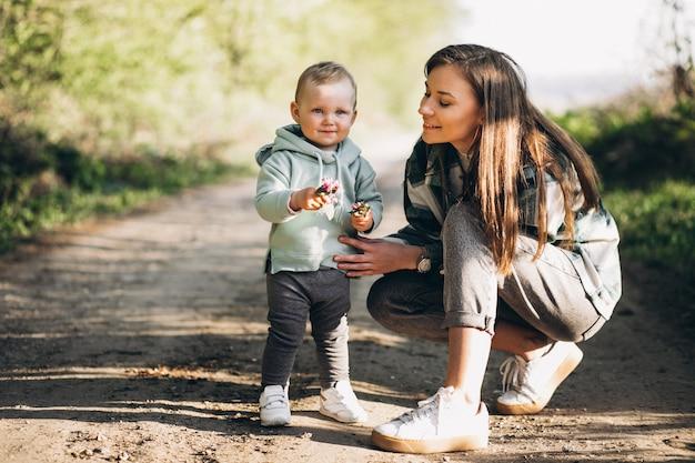Madre con hija pequeña en el bosque