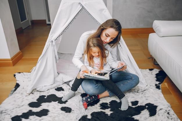 Madre con hija pequeña en casa