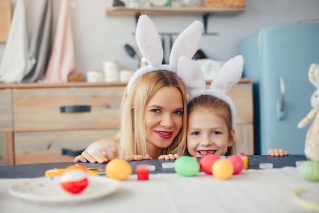 Madre con hija pequeña en una cocina