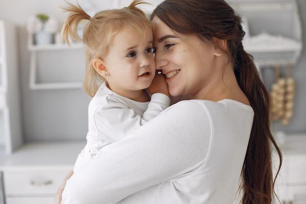 Madre con hija pequeña divirtiéndose en casa