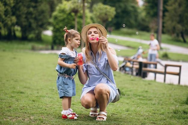 Madre con hija pequeña en el parque