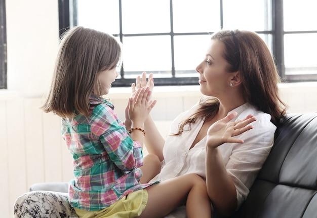 Madre con hija en el sofá