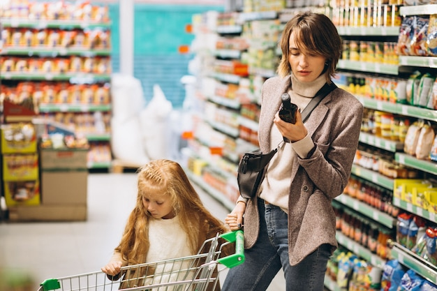 Madre con hija en una tienda de comestibles