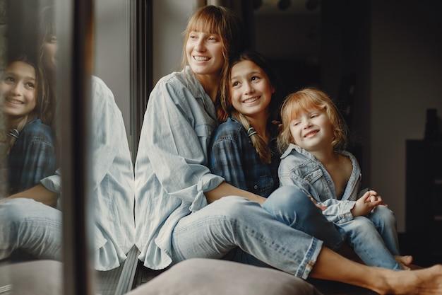 Madre con hijas en casa