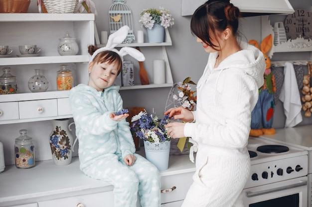 Madre con hijita en una habitación.