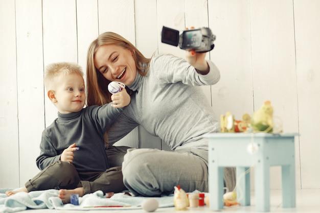 Madre con hijo en casa prepararse para pascua