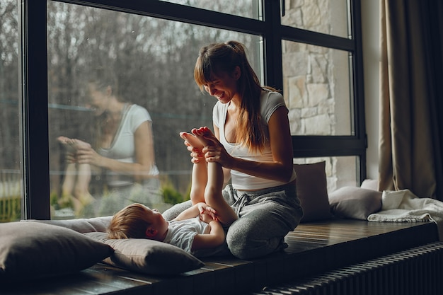 Madre con hijo en casa