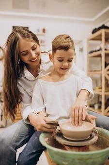 Madre con hijo en una clase de alfarería