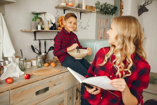 Madre con el hijo en una cocina