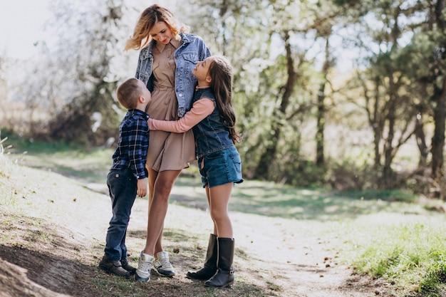 Madre con hijo e hija juntos en el parque