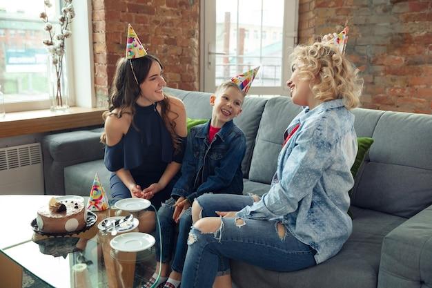 Madre, hijo y hermana en casa divirtiéndose