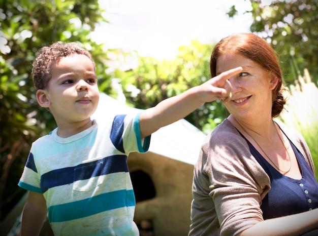 Madre hijo joven despreocupado concepto de familia informal