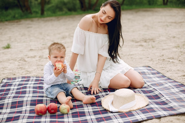 Madre con hijo jugando en un parque de verano